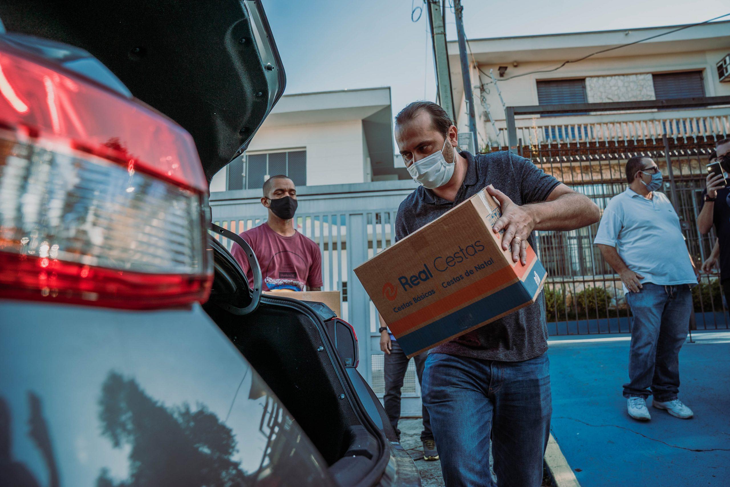 Vereador Marlon Luz realiza a doação de 200 cestas básicas